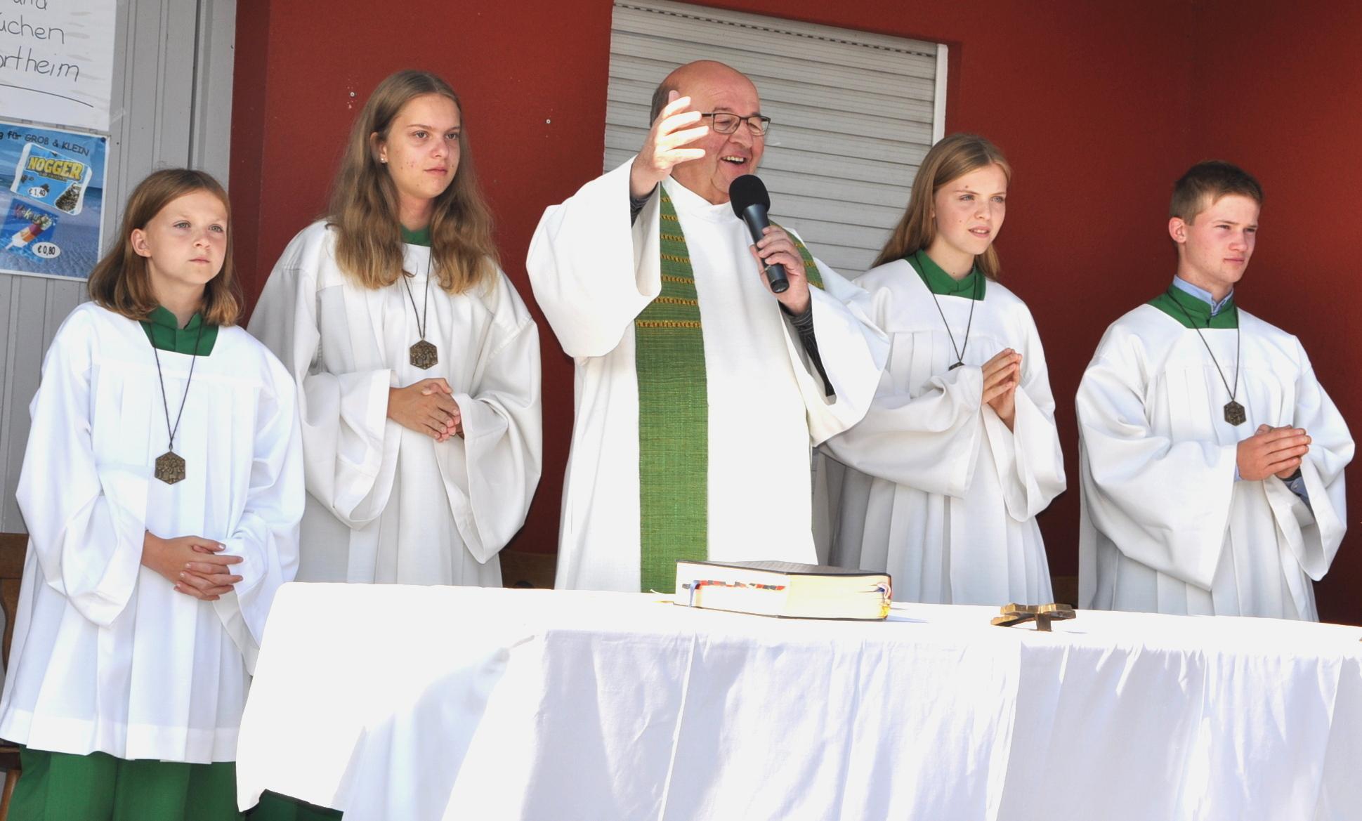 Eucharistiefeier mit Pfarrer Bauer und vier Ministranten.JPG